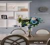 餐桌椅上的花与客厅茶几上的花,相辅相成,同为一体色系。