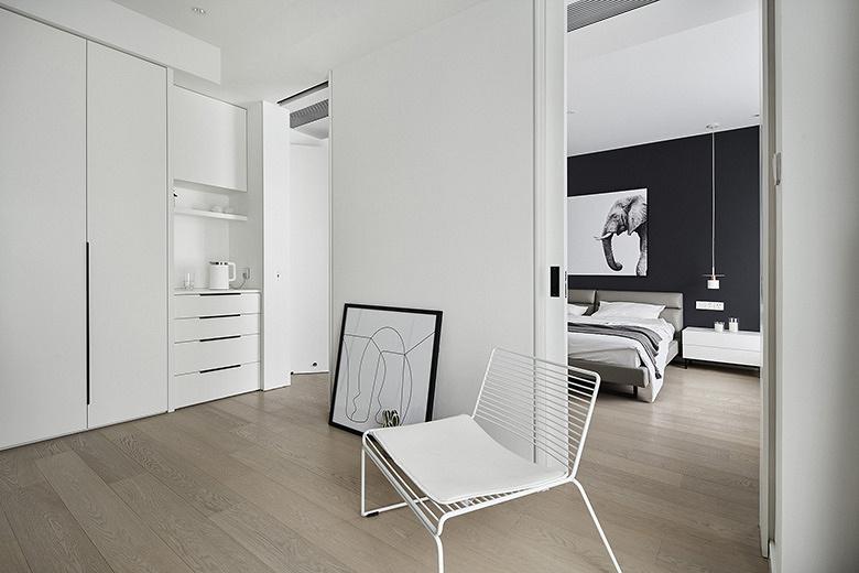 卧室图片来自家装大管家在165平现代极简空间 至简诠释大美的分享
