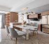 餐厨与客厅形成开放空间,简洁的硬装为基底,采用带有奢华气息的大理石餐桌、其底座不规则样式为空间缔造出丰富的层次,浓缩着意想不到的细节与设计感,比起奢华更多自由。