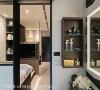 收纳美学 运用壁面侧柜增加收纳化妆品、香水、洗漱用品的空间,木质柜体揉合室内整体现代调性。
