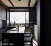 厨房 混凝土色系的厨房有大面积开窗,有利通风采光,置顶的柜体直达天花板,拉高厨房的空间感,大中岛搭配吧台椅可促成更频繁的家人互动。