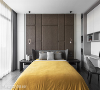 主卧室 主卧室床头以深藕色布料拉高层次,宽度不同的长方造型兼具视觉活泼度与对称均衡感。右方为书柜与书桌,满足卧室的收纳与阅读机能。