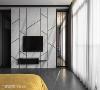主卧电视墙 电视墙后方两侧是双向更衣室,在通道口结合铁件与玻璃,让光线得以穿透,同时递增空间深度。浅色石纹电视墙配合镀钛金属做斜向切割设计,增加视觉的律动感。