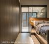 明亮采光 卫浴为唯一独立空间,借由清透玻璃质材为室内揽入天然日光,上方装设卷帘维系隐私性。