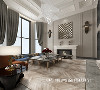 将客厅做出挑空区域,打造出了充足的仪式感,整体给人简洁、明快、光鲜的感受,美式壁炉为空间带来温馨感,鱼骨木纹砖错落有序地排列开来,丰富的纹理使空间充满了立体感。