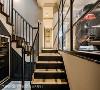 楼梯过道 黑色、木质及金色装饰诉说端庄典雅语汇,从地下室开始强势贯穿整个住宅空间。