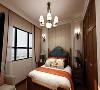 卧室自然是配合整体风格,木质软床,传统美式的吊灯和台灯,加上必不可少的衣柜,舒适的卧室就该是这个样子。