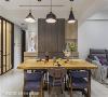 餐桌 位于厨房与客厅中介的餐桌、餐椅与主灯,由从事家具生产的屋主亲自选配,春雨时尚空间设计打造的自然基底,让北欧现代设计有了精彩的表现空间。