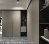 线面表现 玄关俐落的柜面设计,让收纳物件可以藏于无形,开放式的层板与挖空端景,则让线面增加了变化。