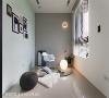 起居室 可作为起居室与琴房使用的多功能房,设计淡蓝色壁面、白色木百叶窗,搭配云朵造型的童趣壁灯,是女主人最爱的空间。