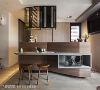 中岛与吧台桌 在客厅与厨房之间设置大型中岛,面向公共区域端延伸出桌板与收纳柜机能,是节省空间坪效与创造生活趣味的三合一设计。