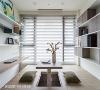 收纳功能 透过墙面层板书架,开放与封闭两种模式交错的柜体,及地面下方的上掀式收纳空间,让家中物品各有归处。