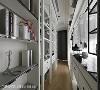 主卧更衣室 将更衣室设置在于床头背墙后方,从门口进去能发现前与后的空间层次感,褪去以往密闭式的更衣室设计,让主卧室宽敞许多。