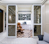 书房 原来的和室空间变身为男主人的书房,运用玻璃隔间保持了书房与客厅的互动性,选用茶镜搭配铁件雕花香槟金图腾,增加高贵的质感。
