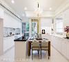 餐厨空间 明亮且开放的美式餐厨空间,串联了餐厅与厨房,一字型厨柜、搭配中岛台及展示餐柜设计,满足餐厨空间多元使用机能。