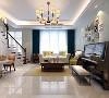 在软装的搭配上,则选了浅色的软包背景多人沙发、青色的单人椅再搭配实木美式茶几及边几,营造出一个舒适又温馨的氛围。