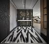 玄关区 玄关的端景墙以素灰及花纹两种不同花色的薄岩板组成,并利用铁件做分割调和。地坪以大理石搭配意大利进口的拼花磁砖,形塑大气又隆重的感觉。