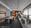 精品质感 屋主喜欢泡茶,吴金凤设计在窗边规划了泡茶区,架高的地板与用餐空间做出区隔,一大面观景窗将辽阔的户外感受和室内连结起来。