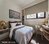 卧室 考量卧室空间有限,汤镇安设计师除了设置弧型的梳妆台外,也在窗下规划一整排拉门式的收纳柜,满足屋主梳妆与收纳的需求。