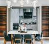 作为厨房与客厅的链接,在色调和材料的使用上,保持了空间的连贯性,一盏夺目的水晶光影映照在现代简约的大理石台面上,奢华皮椅搭配精致餐具,别具一格,细枝末节处让生活更添艺术色彩。