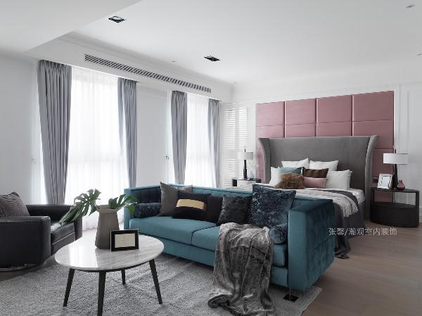 极具现代感的卧房,是年轻夫妻的专属领地,简约的床头绷布、造型十足的床头板,搭配跳色的沙发,奠定低调、沉稳气息。