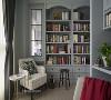 以带蓝的灰色打造出沉稳书房,而在书房与客厅之间开小窗串联彼此,家人身处不同空间也可以知道彼此动向,增加生活中的趣味。