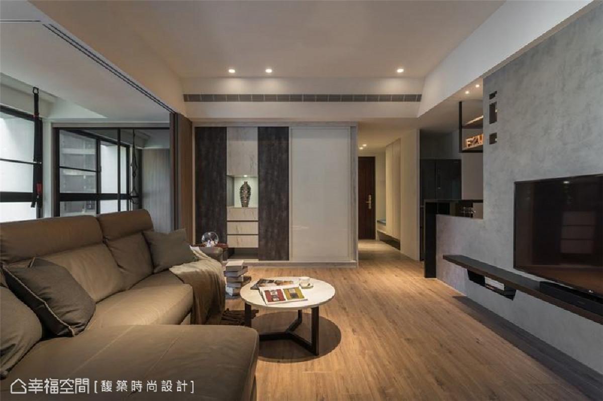柜体设计 在这个空间中配置不少收纳柜体,像是白色拉门后的隐藏式收纳柜,一旁也规划展示型柜体,借此形塑公领域的一处视觉端景。