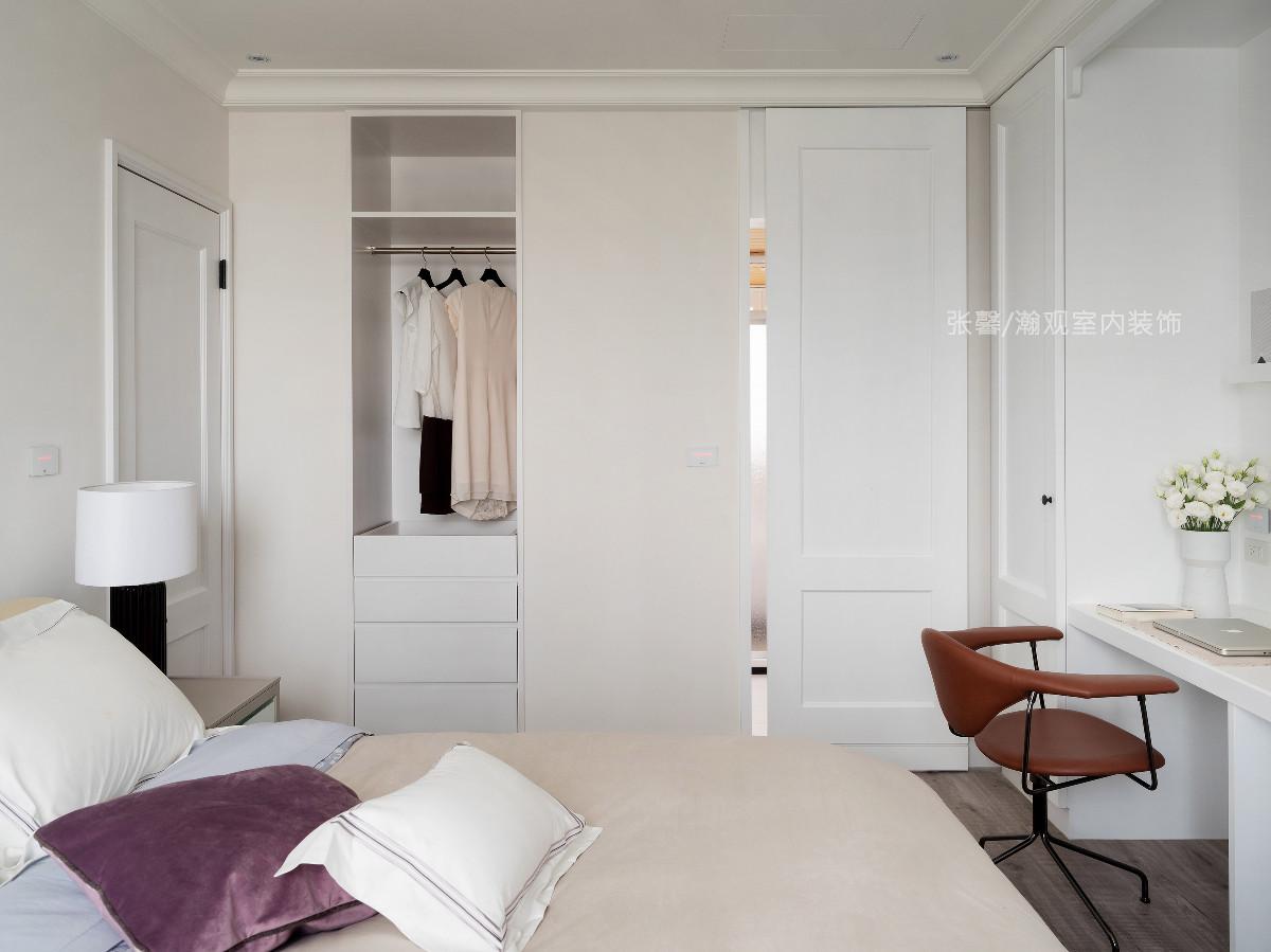 我们考虑到屋主夫妻的生活习惯,在卧房门后设置「穿了还不洗的衣服」挂置区,让空间更加贴近屋主夫妻的生活,不仅好看,也更加实用。