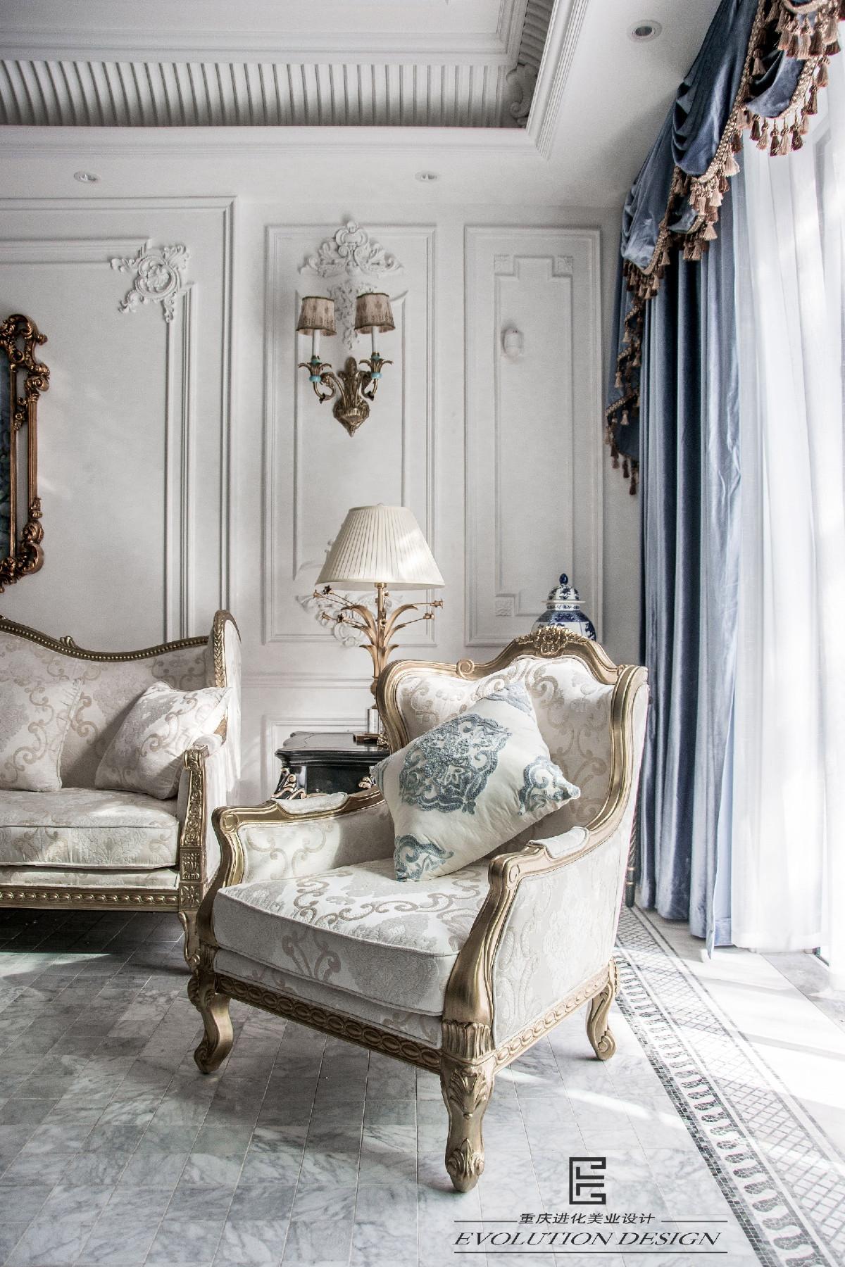 在大则当道的时代,设计师一反常规,采用马赛克地砖,在保障客厅空间感的同时不失品质,与墙面的法式雕花相得益彰,无形契合;纯白的帷幔使视觉得到延伸,通透感更强  不会有山穷水尽的感觉。