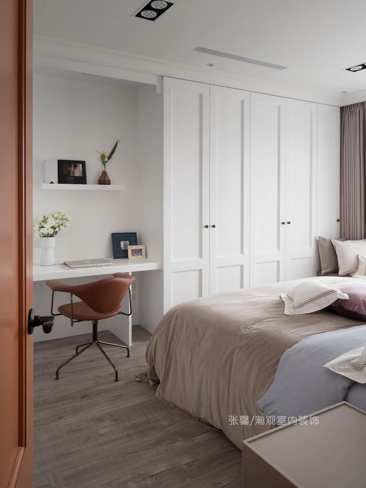 主卧房以白、咖啡色为空间基底色,加上屋主太太喜爱的浅紫色窗帘,搭配温润的木地板,让氛围由公领域的利落转化为温柔质感。