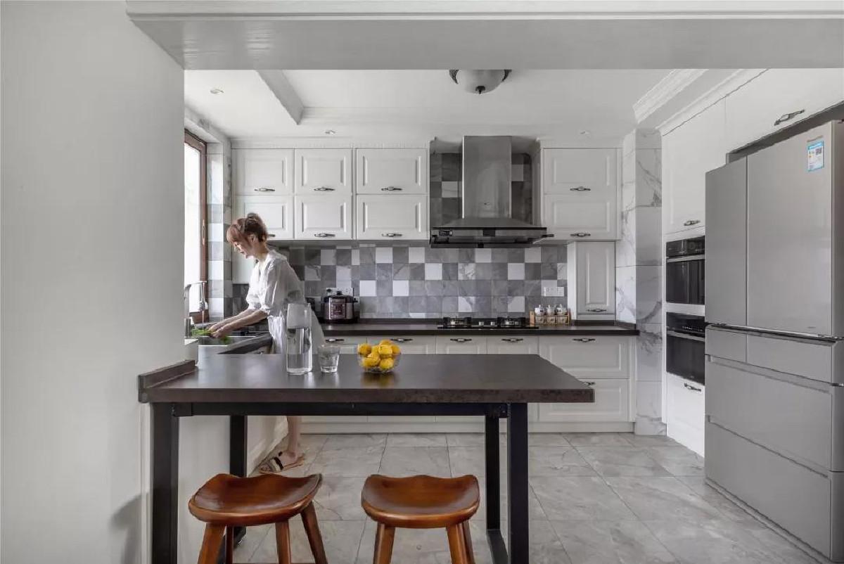 开放式的厨房,最大亮点做了一个吧台,约上三五个好友围坐一起,拉近感情,畅谈理想