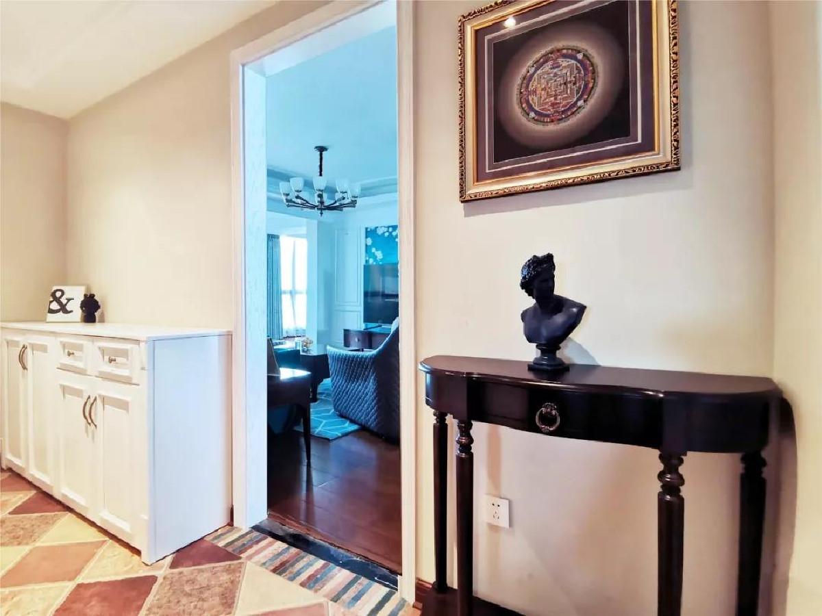 入户的玄关柜,挂画让人进门就觉得主人家文化素养极好