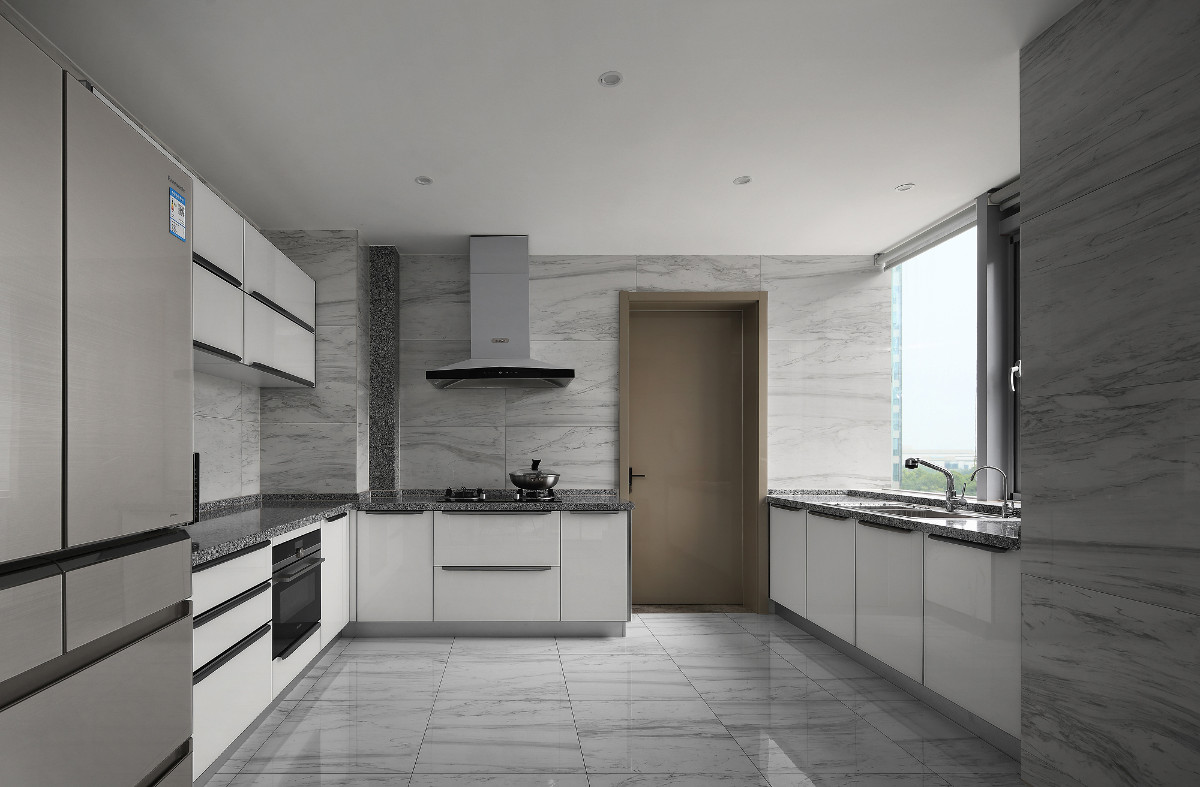 灰色大理石和白色橱柜的相结合,使得厨房更具明亮感和空间感,大扇窗又使厨房整体空间更加通透。