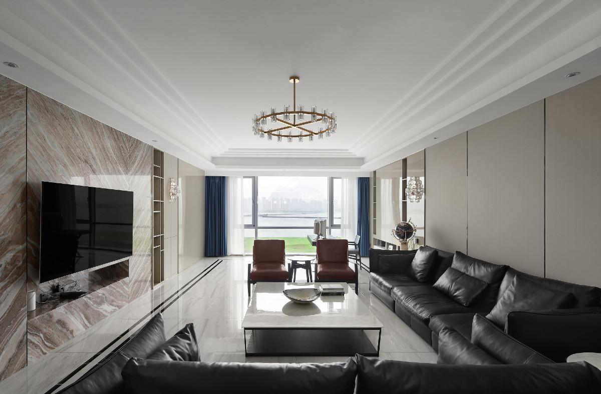 整面落地窗的设计使独墅湖景一览无余,蓝色窗帘和圆桌的点缀搭配更使家于景相互融合,圆形金属水晶灯凸显整体层次感。