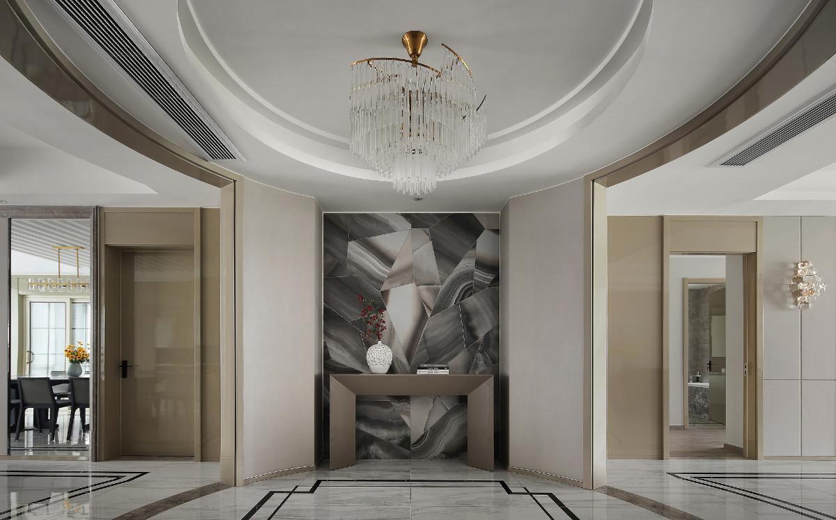 圆形的吊顶和圆形水晶金属的旋转吊灯的设计,更加凸显了门厅在整体空间中的重要性地位,也使整体空间更具层次感。