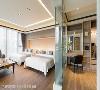 次卧空间 次卧家庭房提供屋主招待朋友住宿使用,具穿透性的玻璃隔屏,赋予空间开阔宽敞的视觉感受。