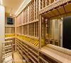 恒温湿酒窖 为满足屋主藏酒的兴趣,在宴会厅主题墙的隐藏空间,以橡木辟出可摆放1000瓶藏酒的酒窖空间。