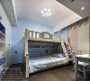 白云蓝天,是自然的呼吸。上下床增加了小朋友的活动空间,其造型也很童趣。浅色系的窗帘和书柜,为空间添上另一抹色彩,整个空间变得很和谐。