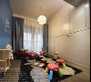 储物间将一面墙做成蓝色,既能涂鸦又考虑到孩子的视觉感受;对面是米白色的隐藏式柜子,增加储物空间,既美观又实用。设置一道玻璃推拉门,将阳台和储物间打通,便于通风采光。