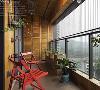 开阔的木色阳台区域,置入洗衣机,减轻了浴室的空间负担。