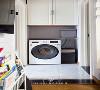 洗衣机内嵌在卫生间门一侧,旁边放置要换洗的衣物,洗衣机上部的吊柜可以放些清洁用品。每个空间有他各自独立的储物功能,这样更方便屋主日后对房子的使用。