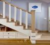 原木搭配白色楼梯,厚实稳重,每一处的转角,都做了斜切,成为楼梯底部的缓冲,节省空间,还能避免刮倒磕碰。牢固的木质扶手为宝宝在楼梯上爬上爬下提供了安全条件。