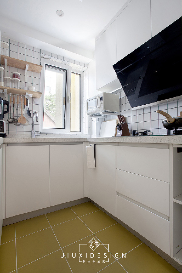 作为收纳力超强,又能抵消压迫感的厨房,搭配主要纯色为主。芥末黄色的地砖,配上白色瓷缝,有一种奶油柠檬,或者是抹茶味蛋糕的感觉。 橱柜全部选择无把手的门型,也方便在这个小空间里操作转身。