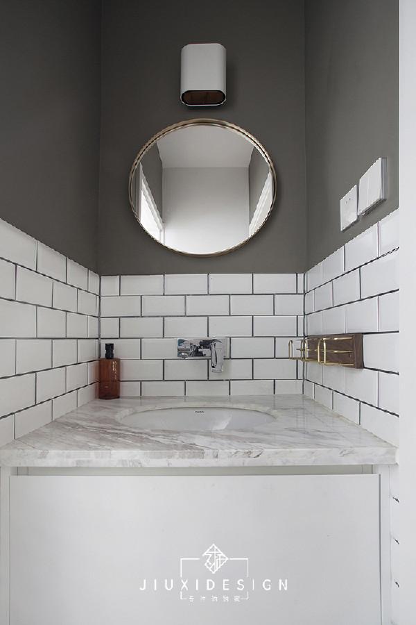 灰白色的石材台面,台下盆设计,好做清洁。洗手区以外是原木色地板,与湿区六角形地砖完美拼接。铜条衔接,处处彰显细节的体现。