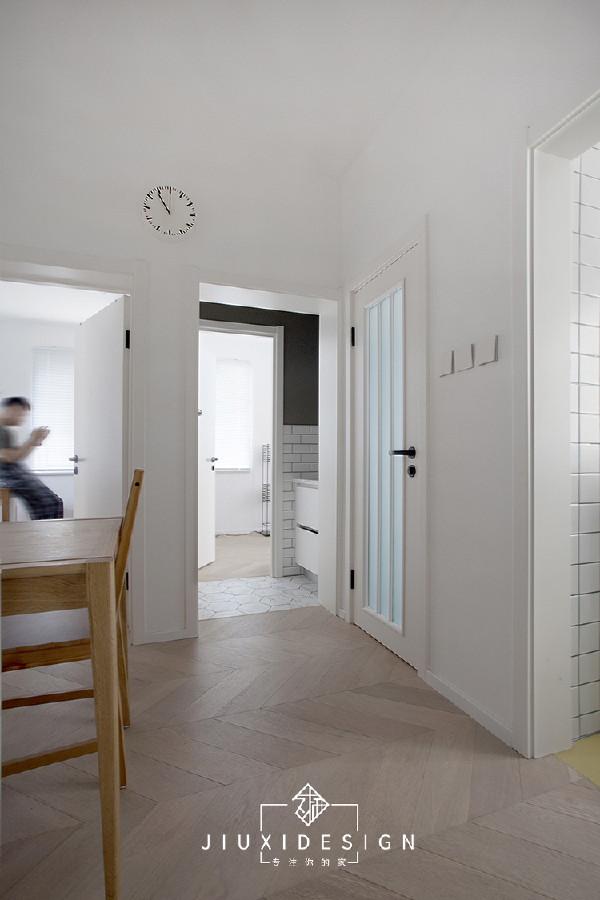 前厅是最大的枢纽地段,贯穿了工作区,卧室,卫生间和厨房空间。这里还兼备其他区域所不能收整进的功能,如餐厅,冰箱。缓解了因承重墙较多,限制其他小空间格局的问题。 浅白色的橡木鱼骨拼地板,出自宅匠家。