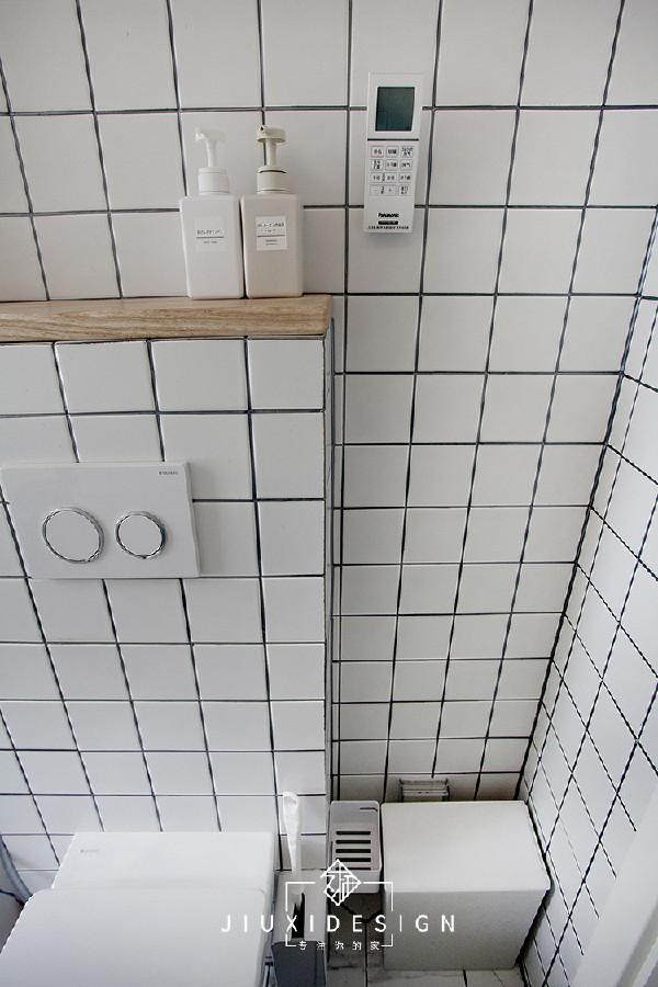 卫生间内部依旧延用了外置洗手盆的贴砖样式。只是在墙壁砖的细节上做了些调整,将长条砖调整成了方形小白砖。马桶选用了吉博力入墙式马桶。