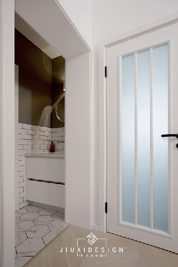 本来不大的卫生间,需要容纳洗手、如厕、淋浴等功能。所以设计了外置洗手盆。这样保留原来的马桶位置和淋浴区。不仅可以节省内部空间,而且满足了两个人同时使用的条件。