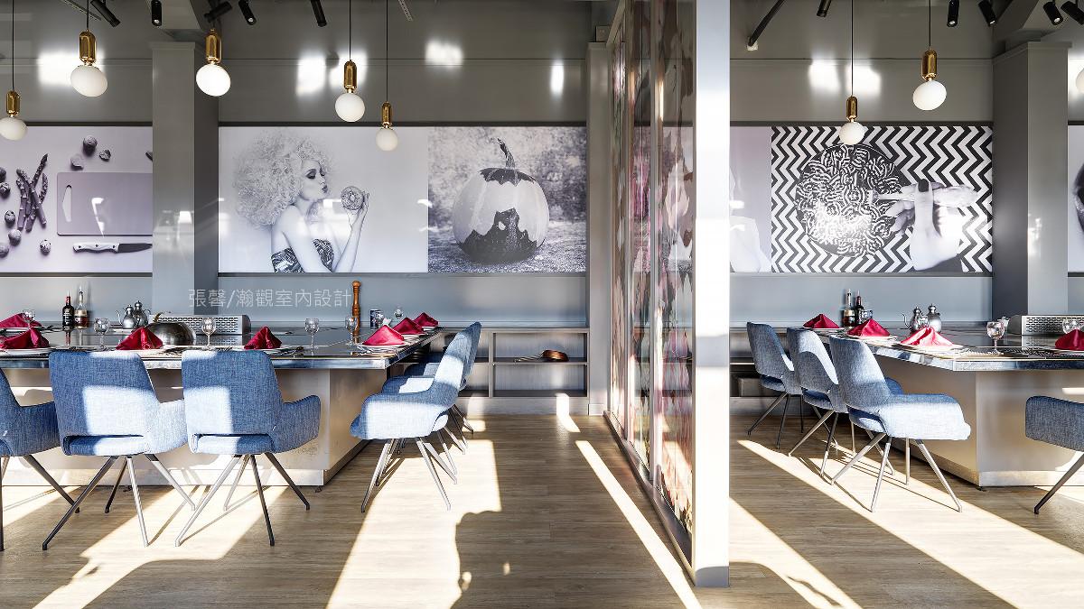 同样留有铁板台座位区,座椅挑选牛仔蓝,注入轻快气息,搭配趣味的黑白大图输出,拥有品味及个性。