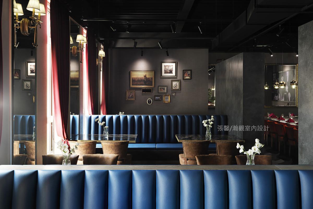 利用古典灯饰及画框使卡座区有着欧式古典表情,让每一座位区都有不同空间感受。