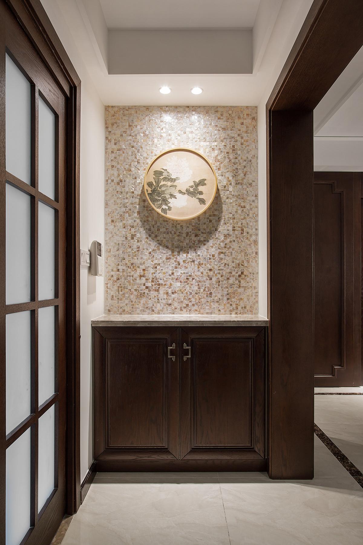 进门玄关简洁,背后的高柜解决了储藏的需求。